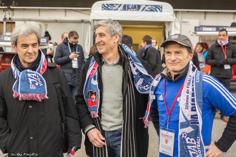 Léopold Eyharts, Philippe Eyharts et Pépito songeur avant le coup d'envoi fictif.