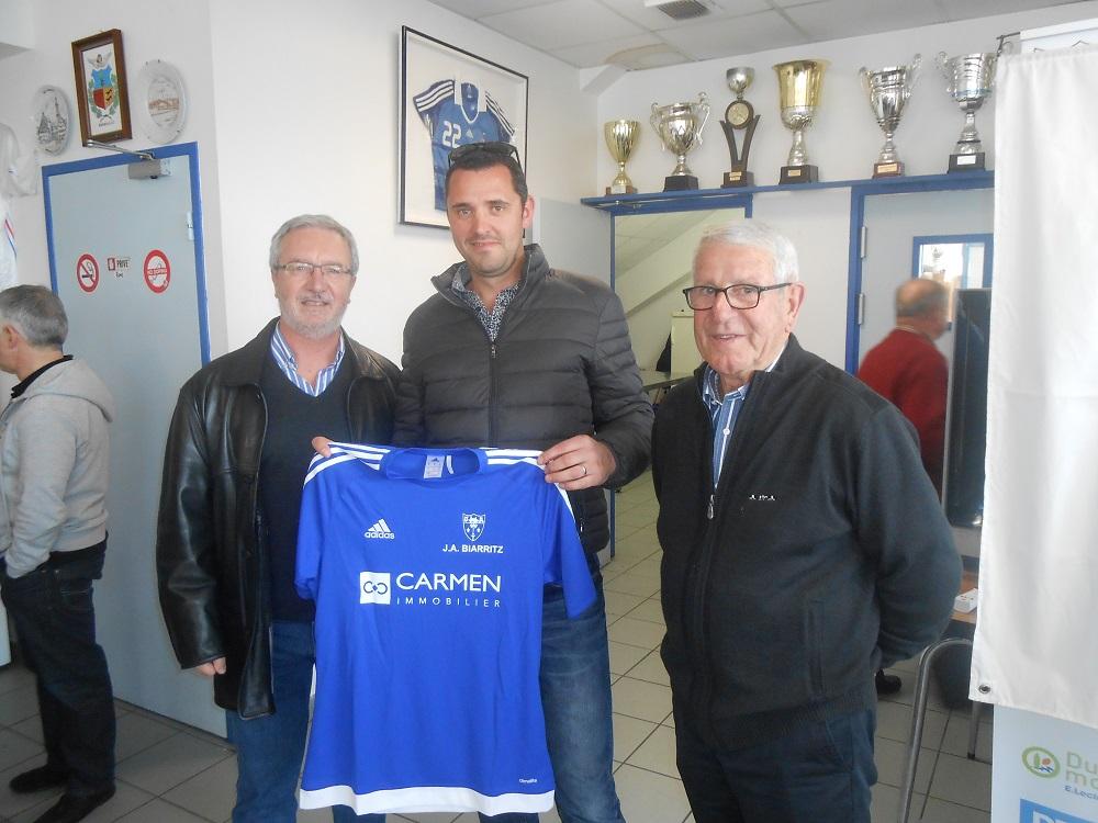 Monsieur Cordier entouré du président Omnisports Pierre Richard à gauche, et du président Football André Salva à droite